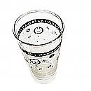 Drinkglas met notenbalk, noten en vrolijke beestjes